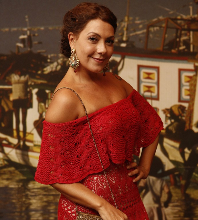 Elegante e toda trabalhada no tricô, Fabiula Nascimento acompanha a equipe com look todo em vermelho; ela interpreta Eulália em 'Velho Chico' (Foto: Inacio Moraes/ Gshow)