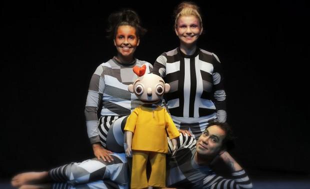 Atores manipulam o boneco e participam da história como personagens (Foto: Reprodução)
