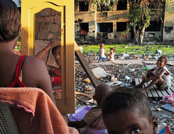 Juliette se arruma perto dos filhos.A família recebeu um apartamento do programa Minha Casa Minha Vida em um condomínio perto da favela Santa Cruz (Foto:  Peter Bauza)