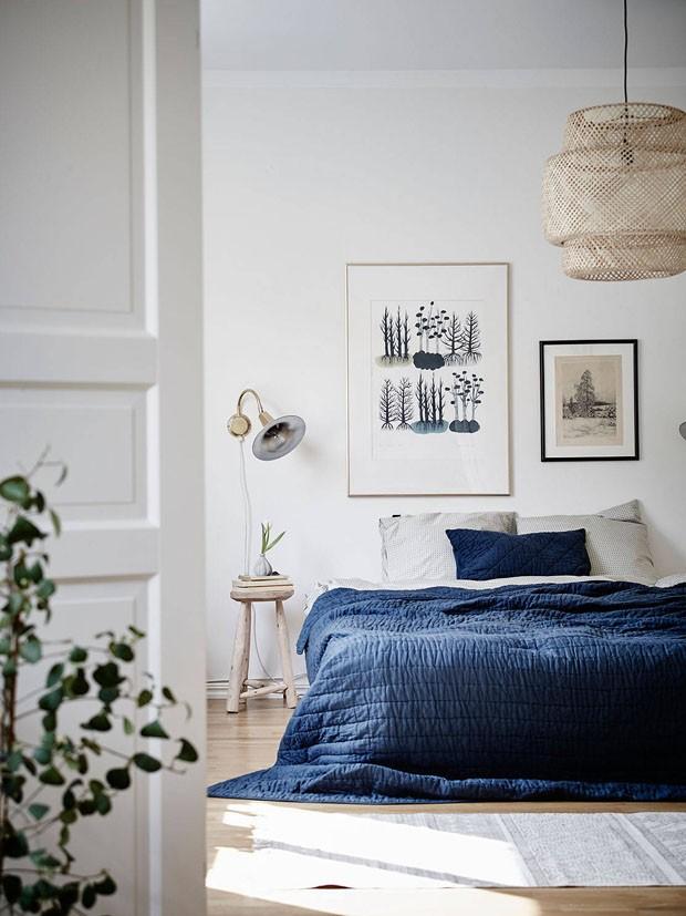 Décor do dia: quarto clean com materiais naturais e azul profundo (Foto: reprodução)