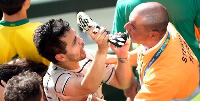 Torcedor pega chuteira de Casillas espanha (Foto: Agência AP)