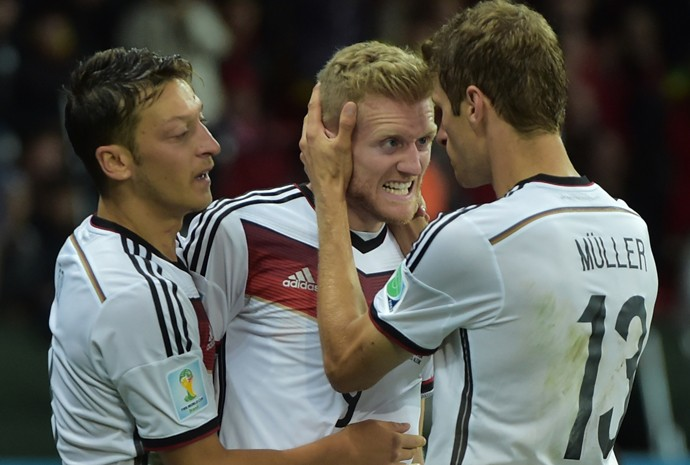 Özil, Schürrle e Müller comemoram gol na vitória da Alemanha por 2 a 1 contra a Argélia, após empate por 0 a 0 no tempo normal
