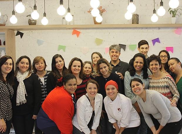Ao fim do encontro, a chef posou com os assinantes da Casa e Comida (Foto: Cristiane Senna/Editora Globo)