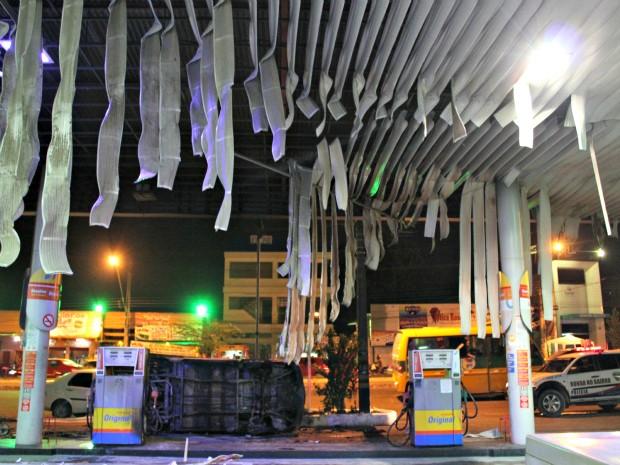 Fogo Derreteu Parte Do Teto Do Posto De Gasolina  Foto  Tiago Melo G1