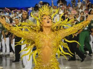 A rainha de bateria da Mocidade, Claudia Leitte, durante desfile na Sapucaí (Foto: Alexandre Durão/G1)