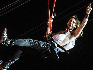 Jared Leto na tirolesa durante show do 30 Seconds to Mars no Rock in Rio 2013 300 x 400 (Foto: Yausuyoshi Chiba/AFP)