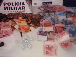 Materiais apreendidos na casa da suspeita (Foto: PM/Divulgação)