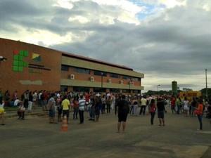Candidatos esperam por chegada das provas no Ifac (Foto: Sâmia Roberta/Arquivo Pessoal)