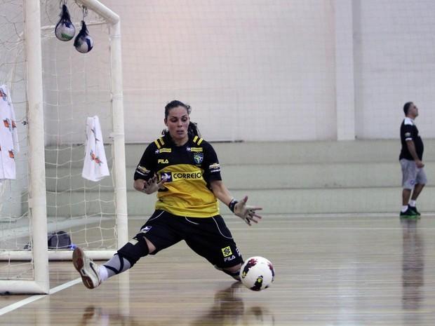 Goleira da seleção brasileira de futsal, Missiara Luiza Papst, é uma das condutoras em Ilhota (Foto: Zerosa Filho-CBFS)