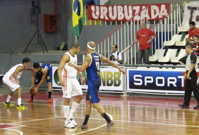Olivinha e Jefferson basquete Flamengo x São José (Foto: Fabio Leme)