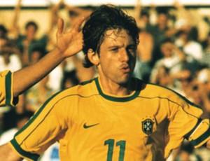 Amoroso e Leonardo - Brasil x Holanda - Goiânia - 1999 (Foto: Weimer Carvalho / O Popular)