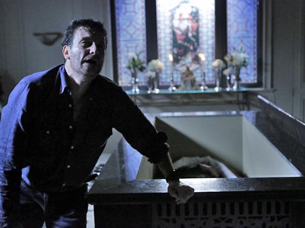 Josué se emociona ao conseguir abrir o túmulo (Foto: Felipe Monteiro/ Gshow)