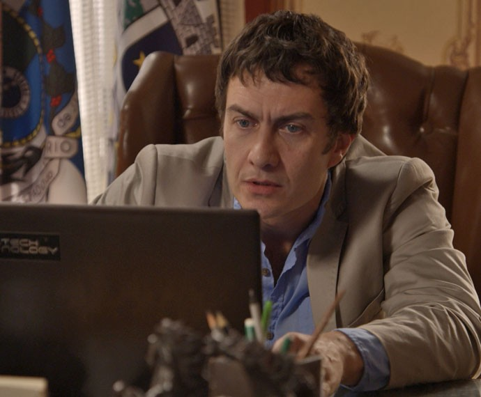 Luís Fernando invade computador de Aderbal e acha vídeo íntimo (Foto: TV Globo)
