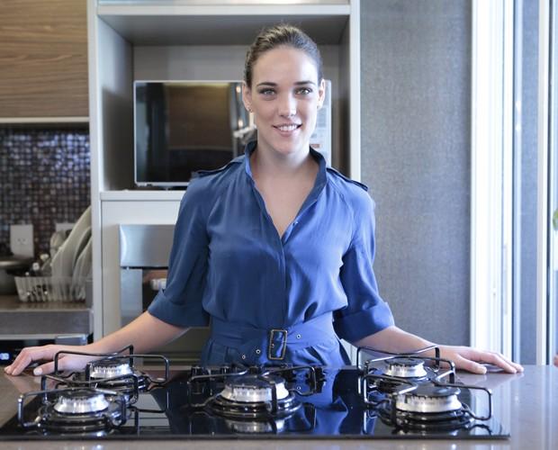 Adriana Birolli posa em sua cozinha: atriz aprendeu a cozinhar quando era escoteira (Foto: Mais Você / TV Globo)