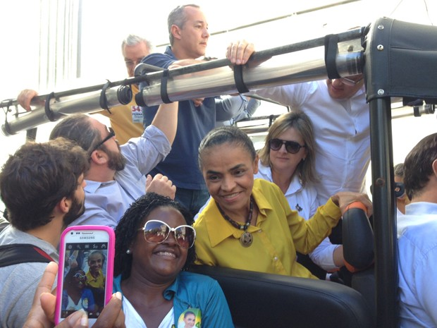 A candidata Marina Silva faz foto com eleitora durante carreata no Rio de Janeiro (Foto: Kathia Melo/G1)