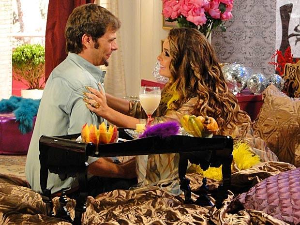 Que coisa linda, amadinhos! Chayene está de volta ao seu casulo (Foto: Cheias de Charme / TV Globo)