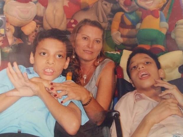 Gêmeos Miguel e Isaac têm paralisia cerebral (Foto: Graça Lins/Arquivo Pessoal)