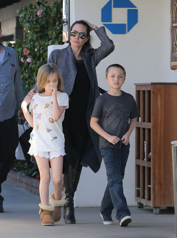 Angelina Jolie e os filhos gêmeos, Vivienne e Knox, em Malibu, nos EUA (Foto: X17)