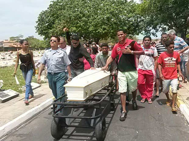 Cortejo do enterro de Ana Clara, 6, morta em ataque a ônibus em São Luís (Foto: Douglas Pinto/TV Mirante)