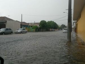 Ruas de Descalvado ficaram alagadas após tempestade (Foto: José Guerra/Descalvado)