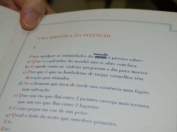 Trecho de livro de Manoel de Barros que foi corrigido a caneta por ele, após descobrir erro de digitação (Foto: Anderson Viegas/Do Agrodebate)