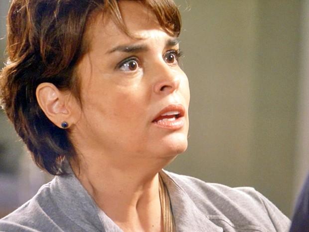 Beatriz não concorda com o marido (Foto: Império / TV Globo)