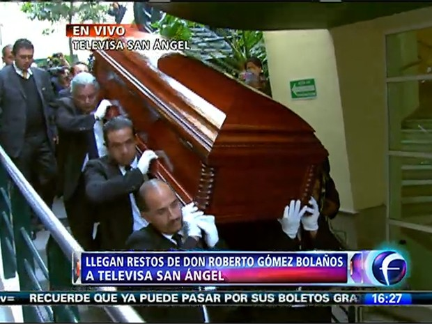 Chegada do corpo de Roberto Gómez Bolaños na sede da televisão mexicana Televisa (Foto: Reprodução/TelevisaMx)