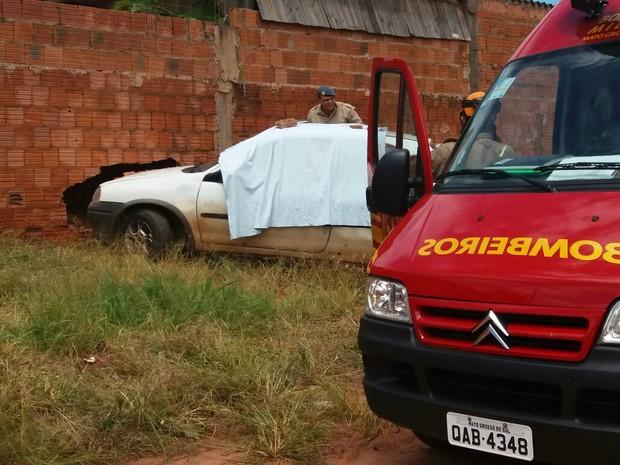 Motorista perdeu o controle do veículo depois de ser atingido por tiro e bateu o carro em um muro (Foto: Gabriela Pavão/G1 MS)