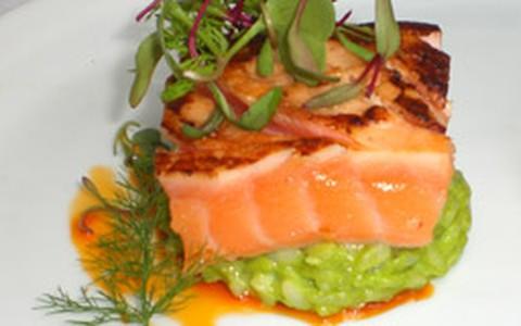 Salmão marinado em shoyu com risoto verde