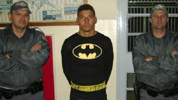 Tiarles da Silva, de 21 anos, é fotografado após ser detido em flagrante enquanto roubava um restaurante em Santa Bárbara do Oeste (SP). Ele foi encontrado com uma barra de ferro usada para forçar a porta e tentando levar garrafas de rum, whiskey e vodca. (Foto: Reuters/Divulgação/Polícia Militar)