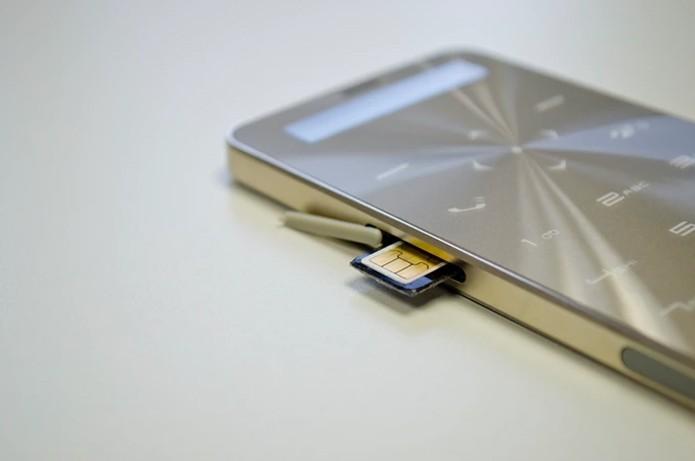 Celular fino e simples promete bateria que dura até 90 dias (Foto: Divulgação/Janus One)