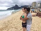 Sophia Abrahão posa de biquíni na praia e ganha abraço do namorado