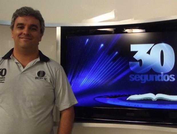 Professor Eliezer Guimarães responde as dúvidas dos internautas (Foto: Henrique Corrêa/Inter TV)