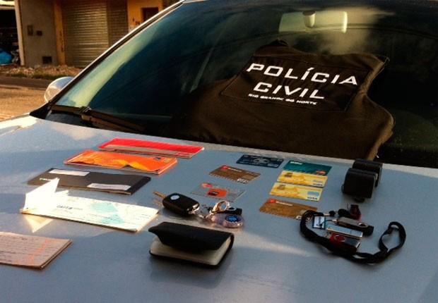 Material apreendido durante o cumprimento dos mandados (Foto: Fred Carvalho/G1)