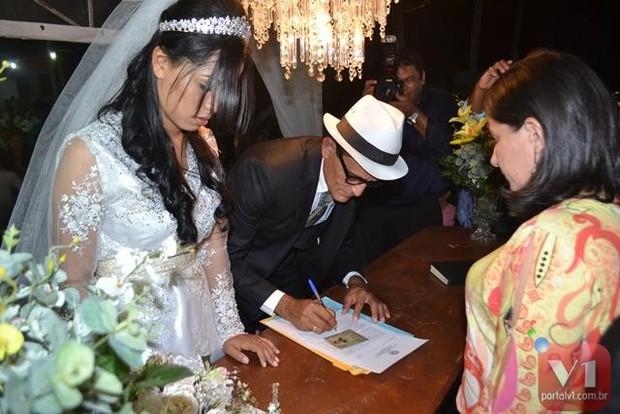 Stefhany Absoluta e Roberto Cardoso assinam a papelada do casamento (Foto: Divulgação/Sergio Alves Portal V1)