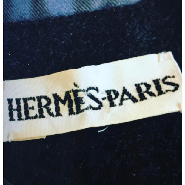 Another 'new' Hermes logo from Margiela, who found the label inside a leather glove from the 1970's. (Foto: @suzymenkesvogue)