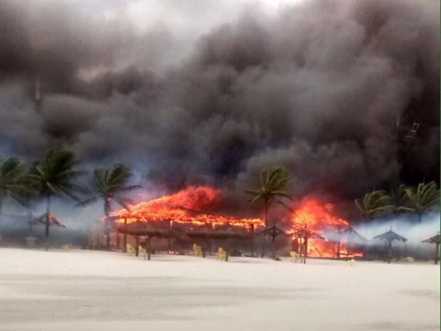 Incêndio destrói vários quiosques em Guarujá (Foto: Amanda Gonzaga / Arquivo Pessoal)