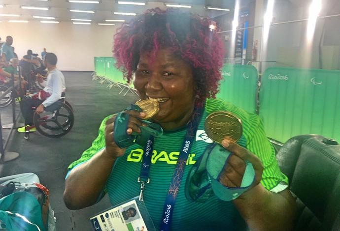 Rosinha exibiu com orgulho no Engenhão as duas medalhas de ouro conquistadas em Sydney 2000 (Foto: Tiago Leme)