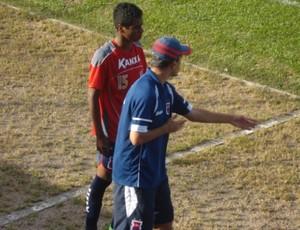 Técnico Ricardinho conversa com atacante ELias (Foto: Fernando Freire/GLOBOESPORTE.COM)