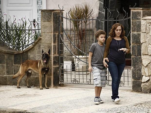 Cachorro de rua ganha carinho de Pedro e segue o menino até a casa (Foto: Malhação / TV Globo)