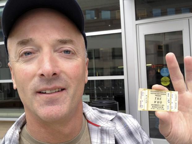Emery Lucier, de 50 anos, foi nesta terça-feira (31) trocar seu ingresso de um show de 1979 em Providence, nos EUA, que foi cancelado por motivos de segurança, por uma entrada para o show da banda na cidade em fevereiro de 2013  (Foto: AP/Michelle R. Smith)
