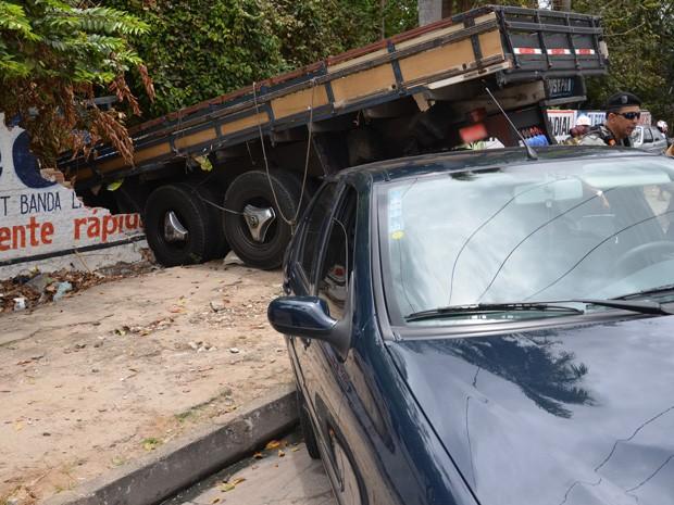 Um caminhão colidiu com outro veículo, perdeu o controle e acabou se chocando contra um muro no bairro de Cruz das Armas, em João Pessoa. De acordo com o sargento Veríssimo, outro carro fez uma manobra arriscada na frente do caminhão, que para evitar um acidente tentou desviar, e foi aí quando acabou causando o acidente. O único ferido foi o motorista do caminhão, que foi socorrido pelo Corpo de Bombeiros e levado para o Hospital de Emergência e Trauma de João Pessoa. (Foto: Walter Paparazzo/G1)