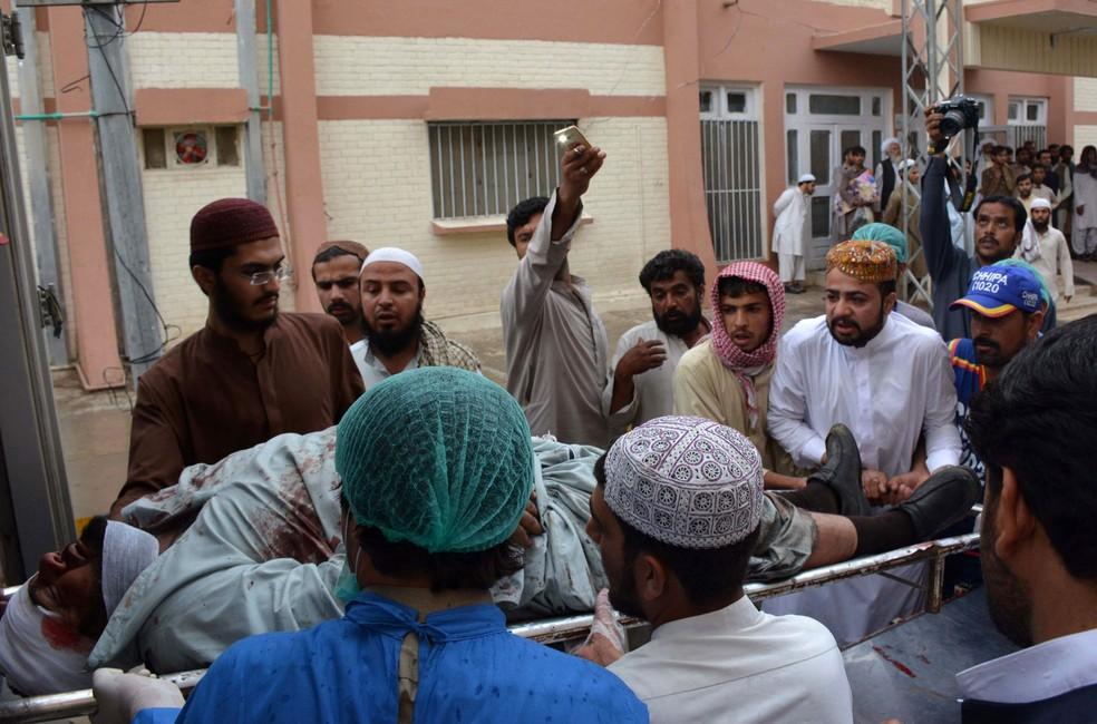 Ferido é levado a hospital após ataque no Paquistão  (Foto: Banaras Khan / AFP)