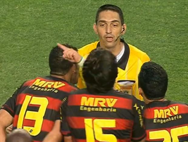 Árbitro Flávio Rodrigues Guerra cercado por jogadores do Sport (Foto: Reprodução SporTV)