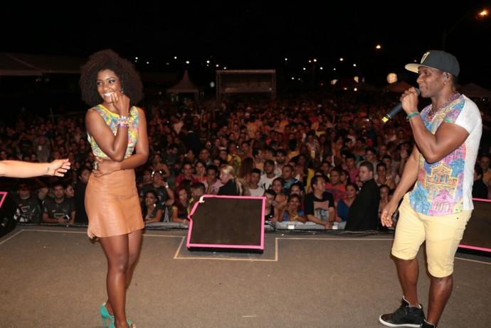 Érika Januza aceitou o convite e brilhou no palco do É o Tchan. (Foto: Fred Pontes / Divulgação)