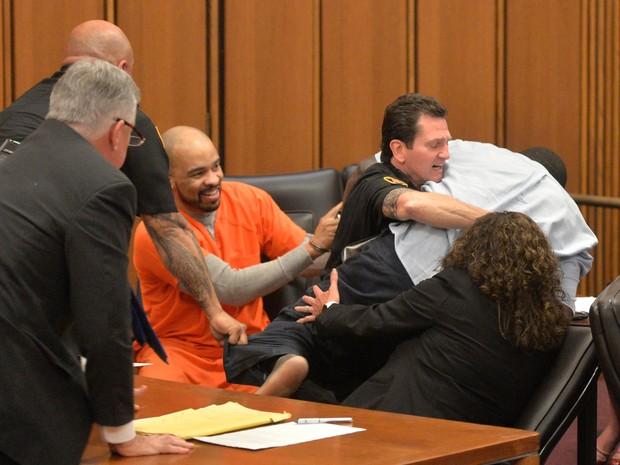 Michael Madison riu quando pai de vítima tentou agredi-lo durante julgamento em Ohio (Foto: David Richard/AP)