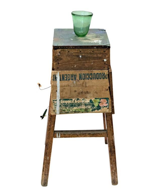Suporte Salto, com iscas inglesas e madeira reaproveitada, 26 x 75 cm, R$ 3.200 (Foto: Deco Cury / Editora Globo)