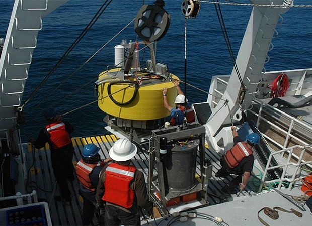 Pesquisadores preparam o robô para participar da coleta de micróbios (Foto: Divulgação/MIT)