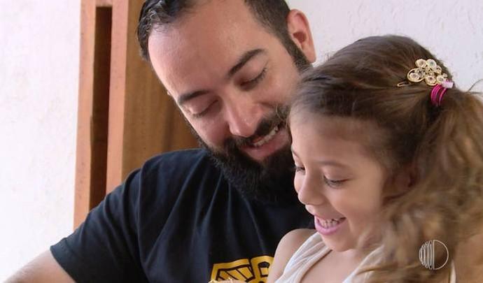 Tomás com a filha Maya de 5 anos  (Foto: Reprodução / TV Diário )