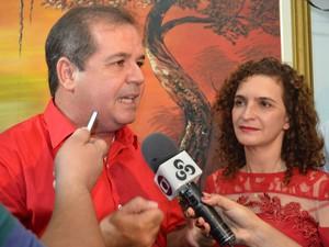 Tião Viana foi o segundo a chegar para o debate na TV Acre (Foto: Janine Brasil/G1)